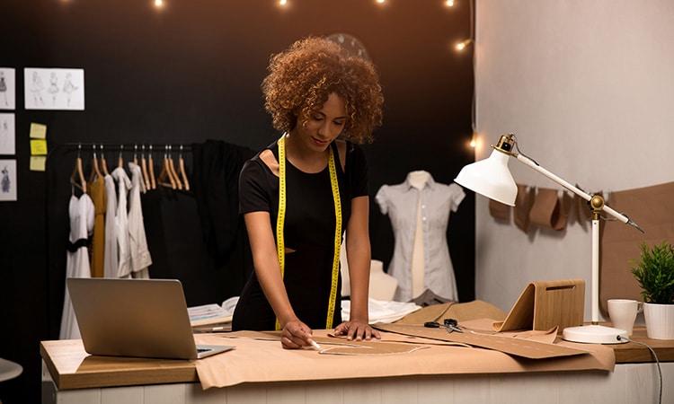 Mulher trabalhando numa das empresas em Portugal que contratam brasileiros