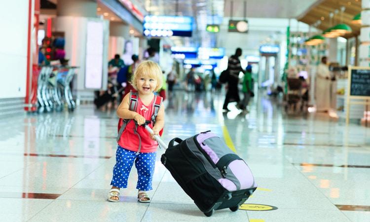 seguro viagem para bebê mala