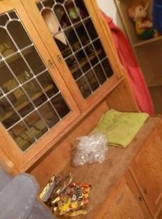 """Ein neuer Wohnzimmerschrank (mit den """"obligatorischen"""" Haribo-Tüten für die Kinder"""