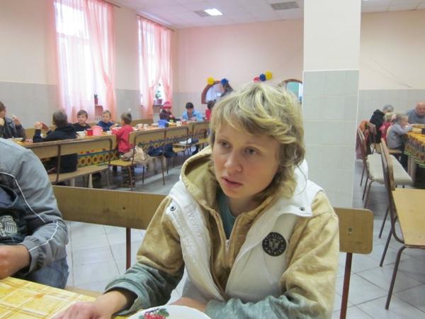 Elena Pawlenko, einer der Sprecherinnen der Gruppe, im Gespräch mit einem Reporter