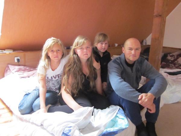 Wassilyj Klimow mit drei seiner Töchter; sie flohen zweimal