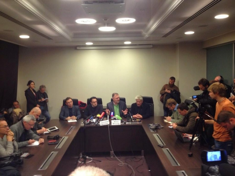 "Die Pressekonferenz der internationalen ""Beobachter"" im Donbass am 1. November 2014. Dritter von rechts (grünes Hemd) Ewald Stadler. Foto: Alec Luhn"
