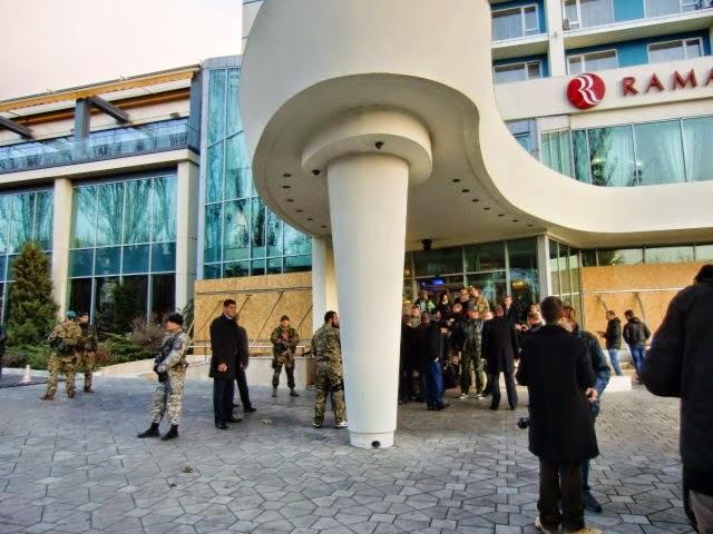 """Internationale """"Beobachter"""" und Terroristen der """"Volksrepublik Donezk"""" im Ramada Hotel, Donezk, 1. November 2014"""