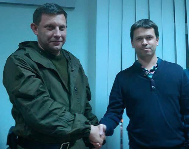 Der Anführer der DNR-Terroristen, Alexander Sachartschenko und Fabrice Beaur (EODE/rechtextreme Parti communautaire national-européen, am 1.November 2014 in Donezk