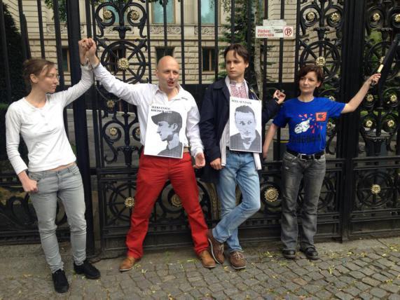 Aktivisten fordern die Freilassung von Senzow und Koltschenko vor der Russischen Botschaft in Berlin