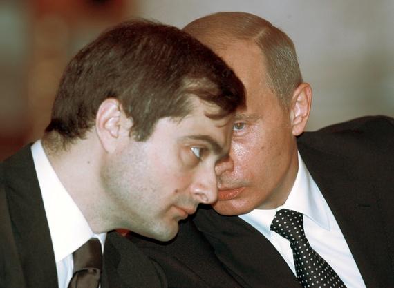 Wladislaw Surkow und Wladimir Putin im Jahr 2006 - Foto: Sergej Karpukhin / Reuters