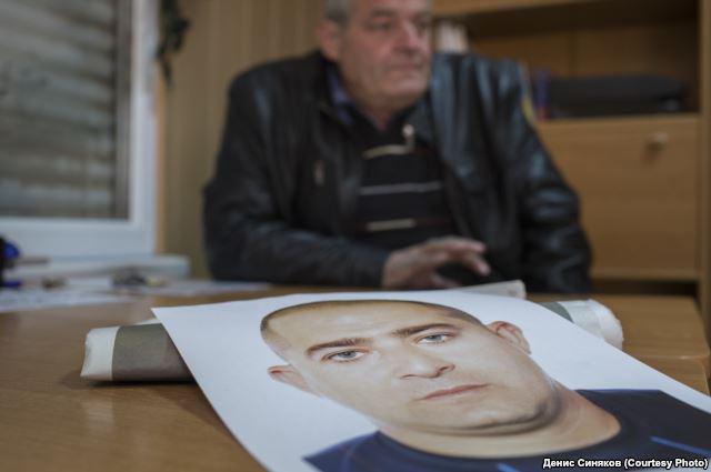 Der Vater des vermissten Sejran Sinetdinow zeigt ein Foto von seinem Sohn