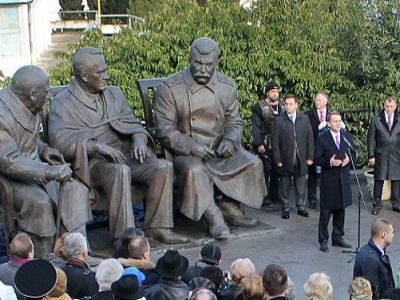 A new Stalin monument in Russia-occupied Crimea to commemorate the Yalta Conference (February 4-11, 1945) between US President Franklin D. Roosevelt, UK Prime Minister Winston Churchill and Soviet dictator Joseph Stalin that legitimized the post-World War II occupation of Eastern Europe by the Soviet Union (Image: Wikimedia)