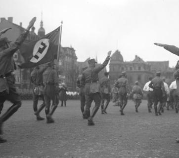 Nazi Party (NSDAP) leader Adolf Hitler saluting members of the Sturmabteilung in Brunswick, Lower Saxony, 1932 (Source: Bundesarchiv, Bild 102-13378 / CC-BY-SA)