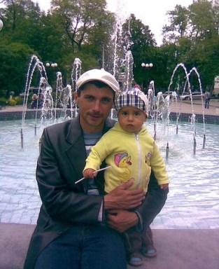 Reshat Ametov with his son, 2010. Photo: Reshat Ametov / Odnoklassniki (via gordon,com.ua)