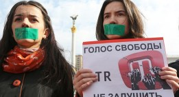 """The protesters hold sign: """" The voice of Freedom ATR will not be strangled!"""" (Image: investigator.org.ua)"""