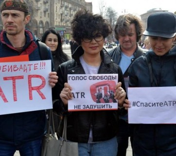 "Protest signs say: ""Don't kill ATR!!!"", ""ATR's voice of freedom will not be strangled"", #SaveATR"" (Image: rfi.fr)"