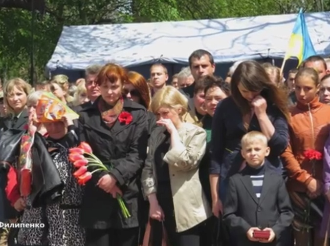 Families of the fallen soldiers after receiving their awards, Kirovohrad, Ukraine, 8 May, 2015 (Image: kp-rada.gov.ua)