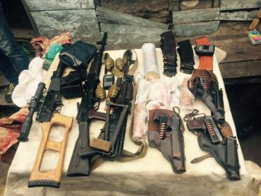 Some of the weapons, ammunition, and explosives seized from the members of the arrested terrorist and spy group operating in Kharkiv, which was recruited and controlled by Russian military intelligence. (Image: SBU)