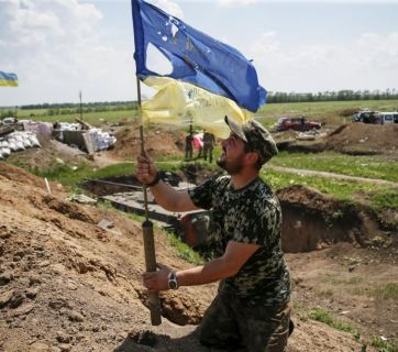 Ukrainian flag after the Russian attack on the positions of the Ukrainian troops in the town of Maryinka. June 5, 2015. (Image: Reuters)