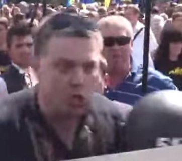 Oleh Tyahnybok, the leader of Svoboda party shouting at soldiers of Ukrainian National Guard protecting the Verkhovna Rada before the grenade explosion on August 31, 2015 (Image: video capture)