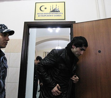 Prisoner being escorted out of the Muslim prayer room at Butyrka, the largest remand prison in Moscow, Russia (Image: mk.ru)