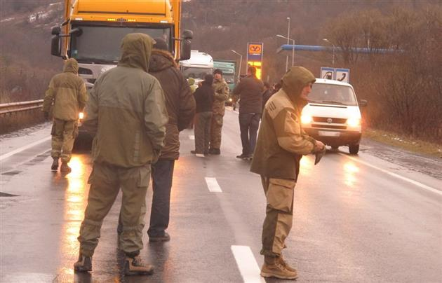 Russian_Trucks_Blockade2_Mukachevo.net