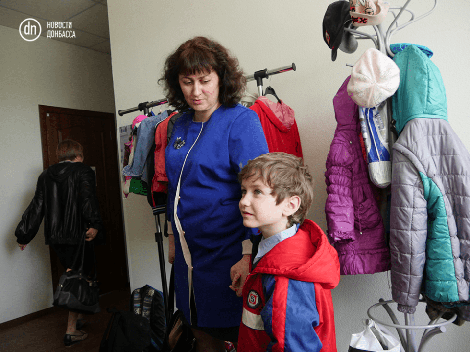 Anzhelika, a mother of four and an IDP from Maryinka, brings her youngest to the Center. Photo from: http://novosti.dn.ua/