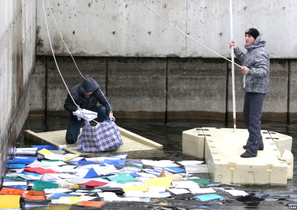 Activists fishing out secret documents in Mezhyhirya