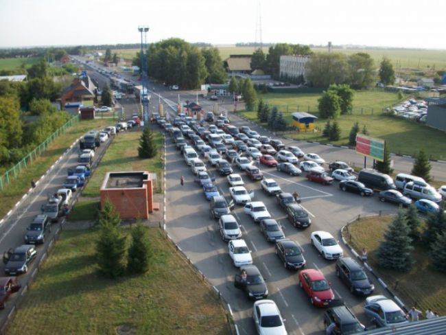 Cars in a queue on a Ukraine-Poland border, May 2016. Photo from: http://bug.org.ua/