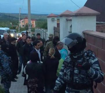 Russia's FSB arriving to search the house of Deputy Chairman of the Mejlis of Crimean Tatar people Ilmi Umerov, who was arrested on fabricated charges. About 30 agents were brought to the search. Bakhchysarai, Crimea, May 12, 2016 (Image: video capture)