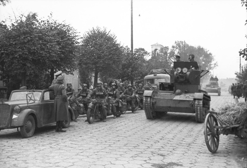 T-26 tanks of the Soviet 29th Tank Brigade enter Brest. On the left - German motorcyclists and Wehrmacht officers next to Opel Olympia car, Sept. 22, 1939 (bundesarchiv)