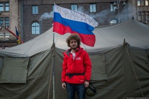 "Ilya Varlamov at the EuroMaidan in Kyiv, February 2014. The Russian-language writing on the Russian flag says: ""I stand for Maidan."" (Image: Ilya Varlamov / zyalt.livejournal.com)"