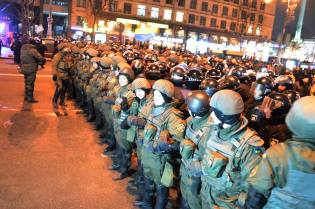 The law enforcements prevent protesters of taking tires to Maidan