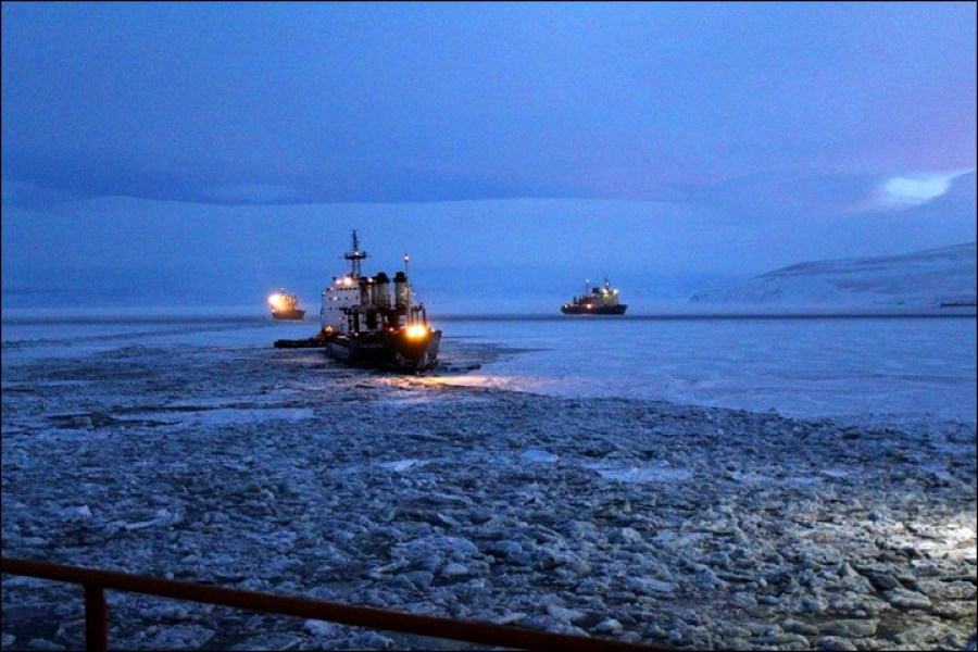 Russian icebreakers stuck in the ice of the East Siberian Sea. January 2017. (Image: Alexander Samsonychev / The Siberian Times)
