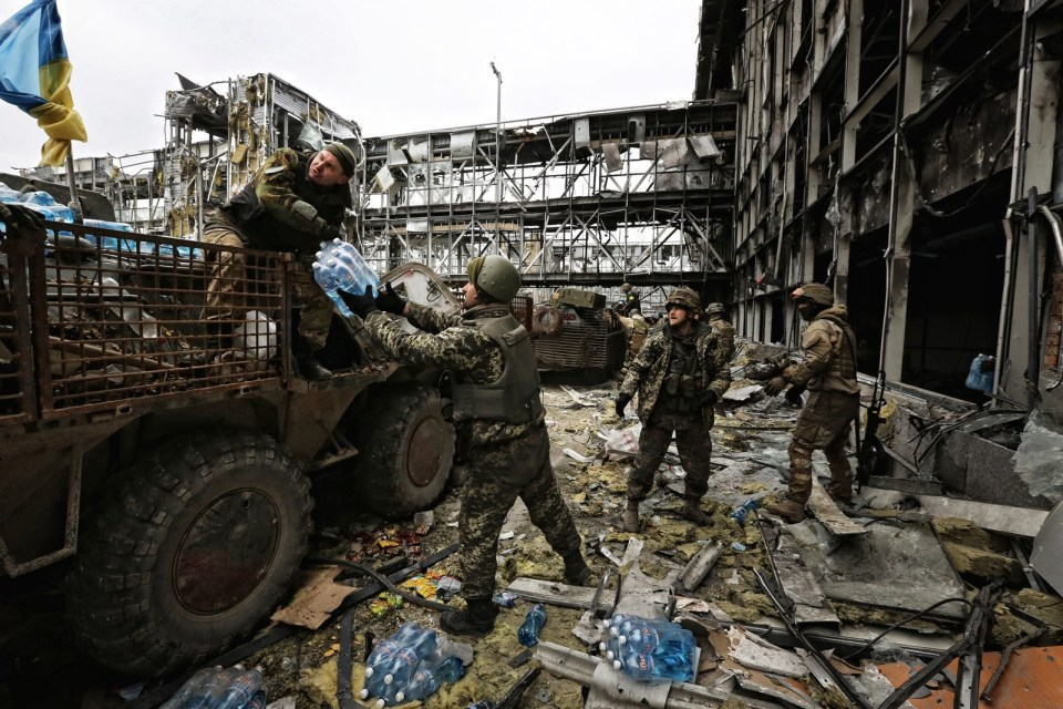 Ukrainian military unloading provisions near the new terminal. Photo: Sergey Loiko