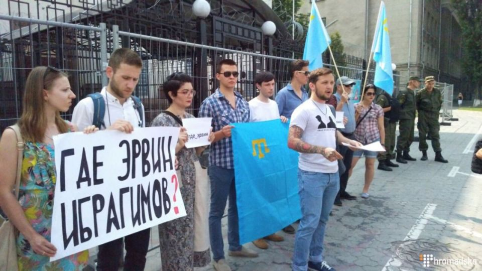 Former hostage of Crimean FSB Hennadiy Afanasyev and other activists ask Russia Where Is Ervin Ibragimov in front of her embassy in Kyiv. Photo: Hromadske