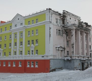 "One of ""Potemkin village"" buildings where only the central street-facing facade is maintained while the rest of it is let to crumble to pieces in Norilsk, Russia (Image: tema.ru)"