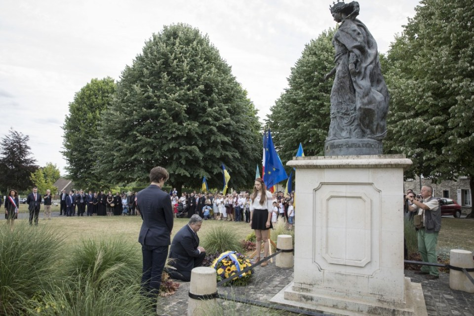 Ukrainian leader has honored Queen Anna during his visit to France on 26 June 2017. Photo: president.gov.ua