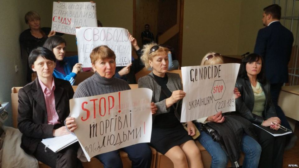 Mothers of Ukrainians forced into drug trade in Russia hold placards during the court hearings in Kyiv on criminal suspects in the case. 12 May 2017. Photo: RFE/RL