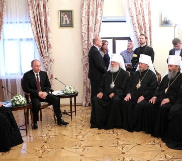 Vladimir Putin and Moscow Patriarch Kirill presiding over a meeting with the Holy Synod of the Ukrainian Orthodox Church of the Moscow Patriarchate on July 27, 2013 in Kyiv, Ukraine, less than a year before the Russian annexation of Crimea and the occupation of the Donbas. The head of this Moscow exarchate in Ukraine, Metropolitan Onufriy, is seated in the middle of the front row. (Photo: kremlin.ru)