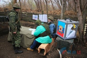 "A photo of ""field voting"" at the frontline by LITs, ""LNR"" official news agency."