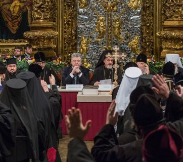 Leaders of the UOC KP and UAPC, the Ecumenical Patriarch Bartholomew, President Poroshenko and the Verkhovna Rada ensured the partial unification of separated churches, the conduction of the Council, and the election of its Primate. Here church leaders and President Poroshenko sit at the presidium of the Council. (Photo: Mykhailo Markiv, President's press service)