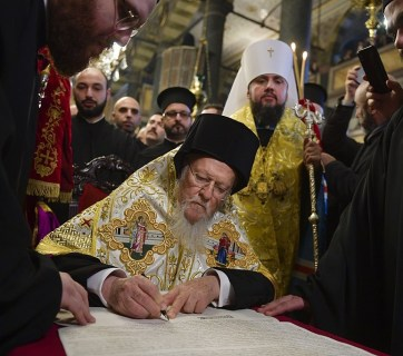 Universal Patriarch Bartholomew signing the tomos of autocephaly of the Ortodox Church of Ukraine on January 5, 2019 (Photo: Wikimedia Commons)
