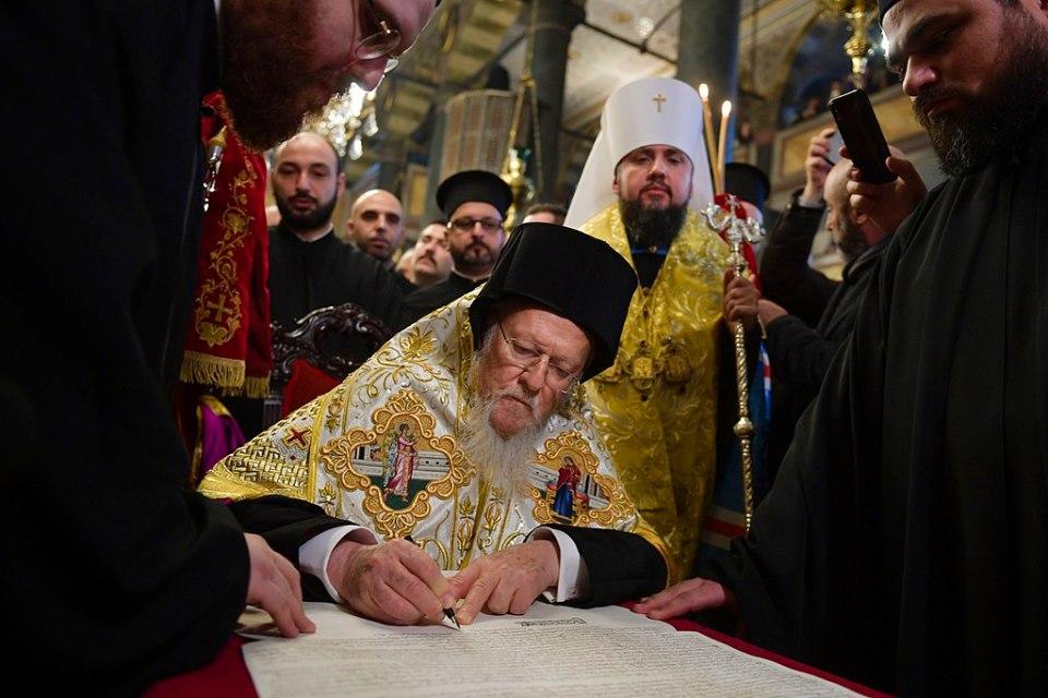 Universal Patriarch Bartholomew signing the tomos of autocephaly of the Ortodox Church of Ukraine on January 5, 2019 (Photo: Wikimedia Commons)