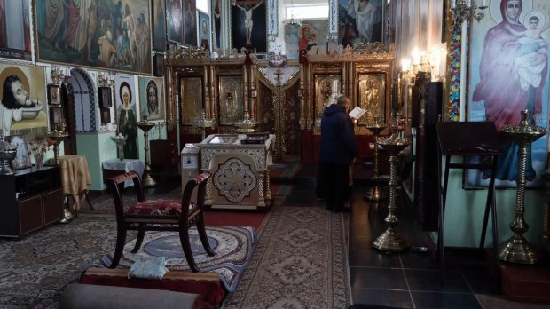 The interior of the only church of the Orthodox Church of Ukraine in Russia is located in Noginsk, about 20 miles east of Moscow, in a makeshift facility after the parishioners and the priest were thrown out of their original church building in the street by OMON police on orders of the mayor of Moscow at the time, Yuri Luzhkov. (Photo: 24tv.ua)