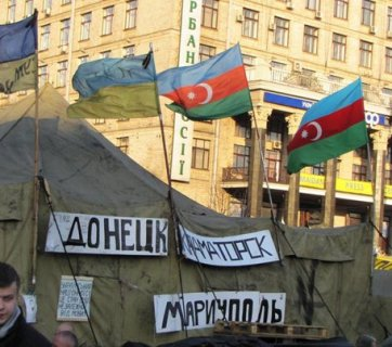Azerbaijani flags at the Euromaidan. Photo: yenicag.ru