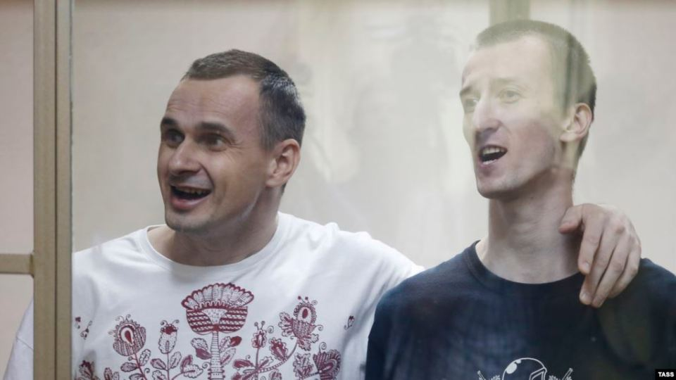 Sentsov and Kolchenko singing the Ukrainian anthem in a Russian court in 2015