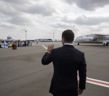 Ukrainian President Volodymyr Zelenskyy walking toward the plane that just delivered freed Ukrainians from Moscow as part of a prisoner exchange between Russia and Ukraine. Kyiv Airport Boryspil, 7 September 2019. (Photo: president.gov.ua)