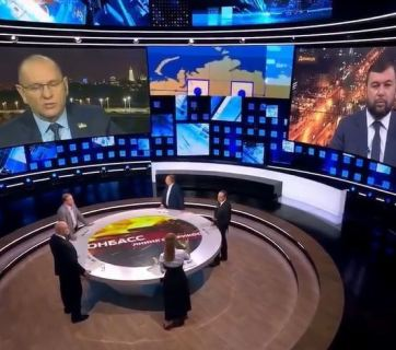 """Yevhen Shevchenko (L screen), Ukrainian MP from Volodymyr Zelenskyy's party """"Servant of the People,"""" and Denis Pushilin (R screen), the collaborationist head of Russia-occupied Donetsk, are speaking on the Russian propagandist 1st Channel. Photo: video capture."""