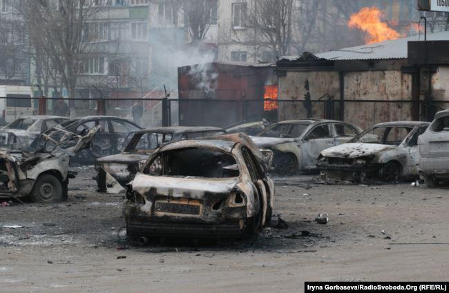 Последствия ракетного обстрела российскими гибридными силами микрорайона «Восточный» Мариуполя, который был осуществлен 24 января 2015 года. Тогда 29 человек погибли и 92 были ранены