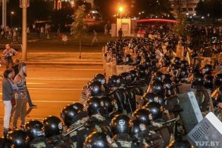 Protesters face a cordon of riot police in Minsk. Photo: tut.by