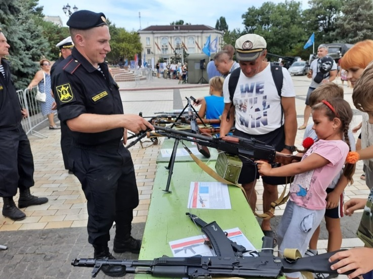Russian soldiers teach Crimean children about infantry weapons on a central square in Kerch, occupied Crimea, summer of 2020. Photo: open source