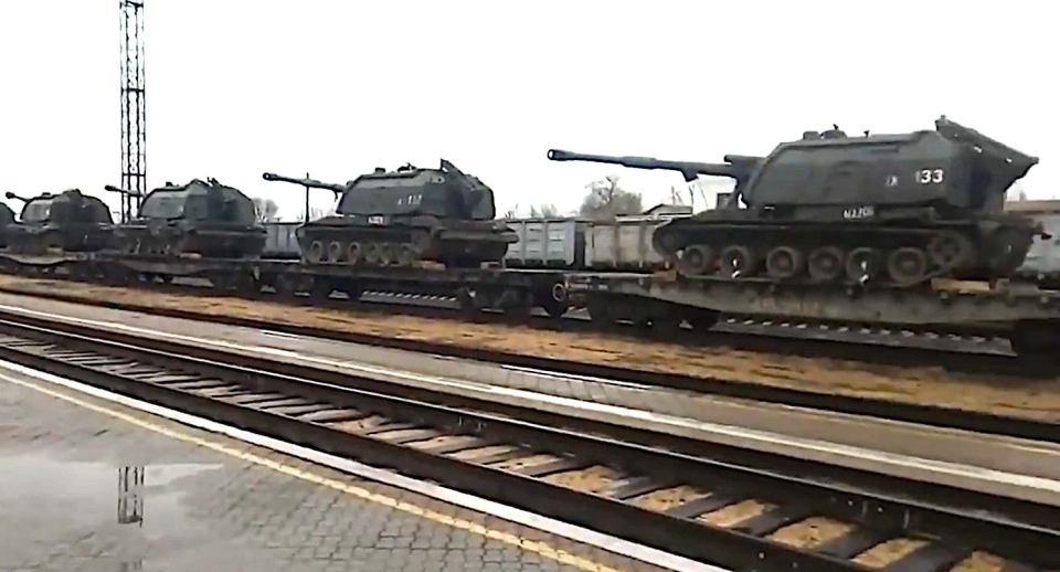 A trainload of Msta-S self-propelled howitzers reportedly recently arrived in Russian-occupied Crimea as part of Putin's aggressive military buildup targeting Ukraine (Source: Social media)