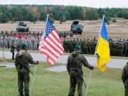 Polish paratroopers holding the United States and Ukrainian state flags during the NATO military exercise Steadfast Jazz 2013 in Poland. (Source: Sgt. A.M. LaVey via Wikimedia)